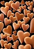 Viele Schokoladenherzen, schwarzer Hintergrund