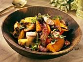 Gebratenes Gemüse mit Kräutern in einer Holzschüssel