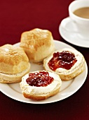 Scones with clotted cream, strawberry jam & tea (England)