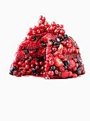 Angeschnittener Summer Pudding (Beerenpudding, England)