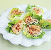 Gebratene Chili-Garnelen mit Nudeln auf Salatblättern