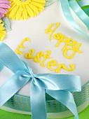 Osterkuchen mit Blütendeko und Schleife