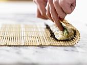 Maki-Sushi zubereiten (mit Bambusmatte Röllchen formen)