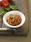 Wholemeal spaghetti with tomatoes and basil