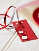 Geschenk-Schild mit der Aufschrift: with love