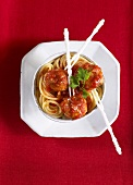 Spaghetti with meatballs and tomato sauce (overhead view)