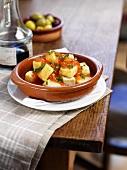 Patatas bravas (Kartoffelgericht, Spanien) mit Tomatensauce