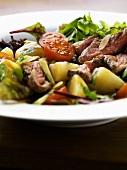 Gemischter Gemüsesalat mit Roastbeef