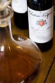 Rotweinflasche und Karaffe mit Brandy