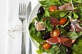 Insalata al prosciutto (Salad with Parma ham and olives)