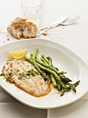 Fried sole fillet with asparagus and parsley butter