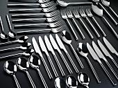 Messer, Löffel und Gabeln, in Reihen angeordnet