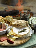 Gebackener Camembert, Pflaumen und Feigen