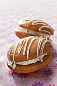 Whoopie pies with icing sugar