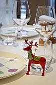 Gedeckter Tisch mit Weihnachtsdeko im Restaurant