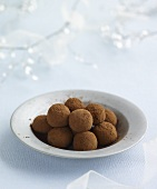 Truffle pralines with cocoa powder (Christmas)