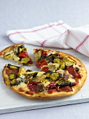 Gemüsepizza, angeschnitten