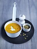Kürbis-Apfel-Suppe mit Kürbiskernen