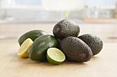 Stillleben mit Avocado, Limmettenhälfte und Zitronenhälfte