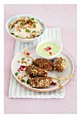 Fleischspiesse mit grüner Currysauce und Kokos-Basmatireis
