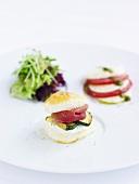 Brötchen mit Zucchini und Schinken, Salat und Tomaten mit Mozzarella