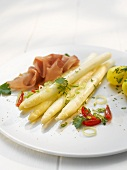 Asparagus with ham, parsley potatoes and tomatoes