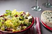 Blattsalat mit Käse und Speck aus der Auvergne (Frankreich)