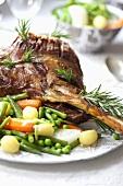 Lammkeule mit Rosmarin und Gemüsebeilage