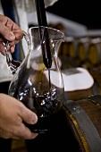 Aceto Balsamico in Glaskrug umfüllen