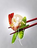 Garnele mit Zuckerschoten und Glasnudel auf Essstäbchen (Asien)