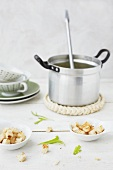 Suppentopf mit Croutons im Schälchen