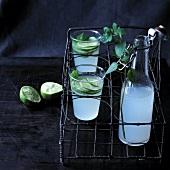 Limettenlimonade in Bügelflasche und in Gläsern