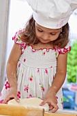 Kleines Mädchen knetet Teig