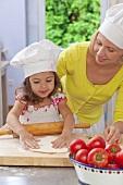 Mutter und Tochter bereiten Pizza zu