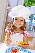 Fröhliches kleines Mädchen hält Minipizza
