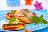 Mini pizzas with zucchini, cheese and basil