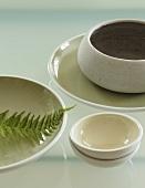 Keramikschalen auf einem Glastisch
