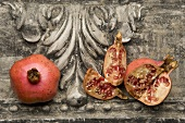 Granatapfel auf Stuck