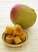 Mango und getrocknete Mango in einem Schälchen