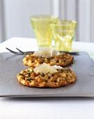 Mini-pizzas with pears, pecornio and rosemary