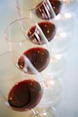 Reihe von Rotweingläsern für die Weinverkostung (Weingut Chateau Lynch-Bages, Frankreich)