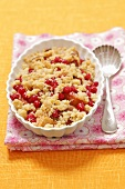 Peach-red currant crumble