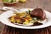 Springbock mit Kartoffelpuffer und Birnen (Afrika)