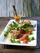 Crab cakes with lamb's lettuce and grapefruit