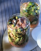 Pikant eingekochtes Gemüse in Gläsern