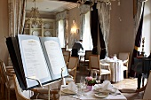 Speisekarte im Restaurant des Luxushotels Chateau Mcely (Tschechien)