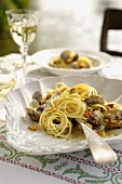 Pasta con le vongole (spaghetti with mussels in white wine sauce)