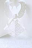 Engel in weiss aus Papier gefaltet