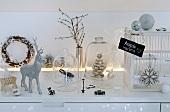 Weihnachtliche Dekoration auf Kommode