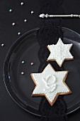 Mürbteigplätzchen (Sterne) mit weißem Zuckerguss